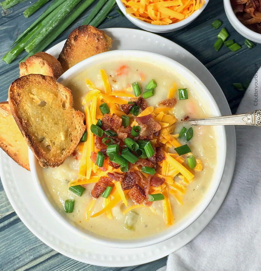 This loaded soup is incredibly delicious mixing potatoes, veggies and lots of cheese!