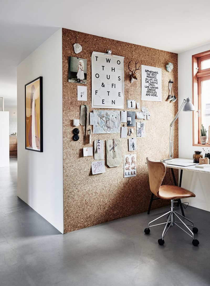The use of cork for covering a wall is at the same time useful and beautiful. Via Apartment Therapy.